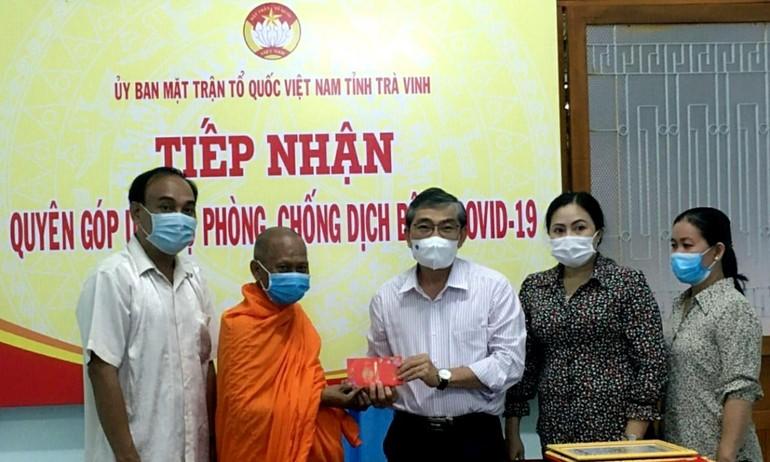 Hòa thượng Thạch Sok Xane trao tiền ủng hộ phòng chống Covid-19 đến Ủy ban MTTQVN tỉnh Trà Vinh