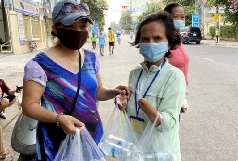 Nhóm từ thiện tặng 200 phần quà đến bệnh nhân nghèo, khó khăn