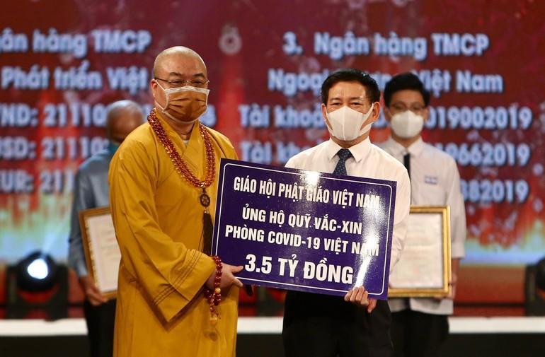 Hòa thượng Thích Thanh Nhiễu, đại diện GHPGVN trao biển ủng hộ 3,5 tỷ đồng mua vắc-xin phòng, chống dịch Covid-19 - Ảnh: VP1 GHPGVN