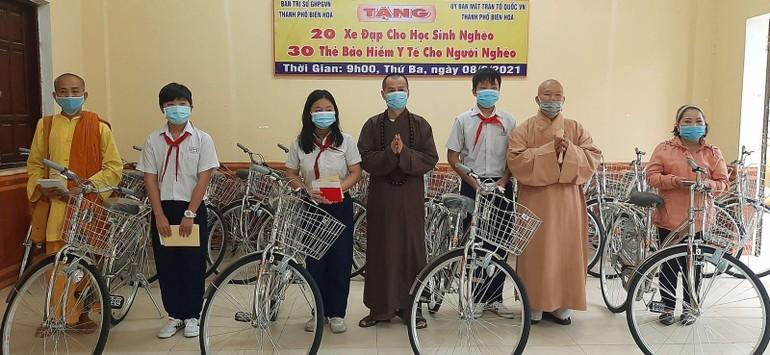 Ban Trị sự GHPGVN TP.Biên Hoà trao tặng xe đạp và thẻ bảo hiểm y tế cho học sinh nghèo và người nghèo khó