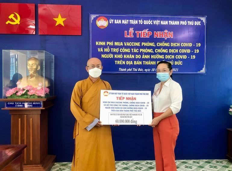 Hòa thượng Thích Minh Truyền trao số tiền ủng hộ đến bà Lê Thị Bấc, Phó Chủ tịch Ủy ban MTTQVN TP.Thủ Đức