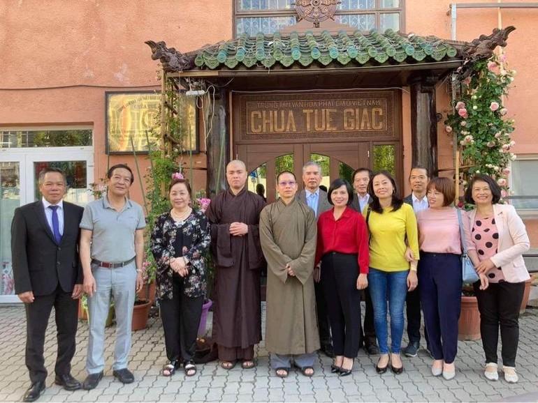 Đoàn Đại sứ quán Việt Nam tai Hungrary chụp ảnh lưu niệm trước cổng chùa Tuệ Giác