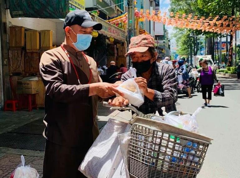 Phật tử Pháp Đức, Trưởng nhóm Pháp Hoa Ấn Quang trao cơm chay đến người nghèo