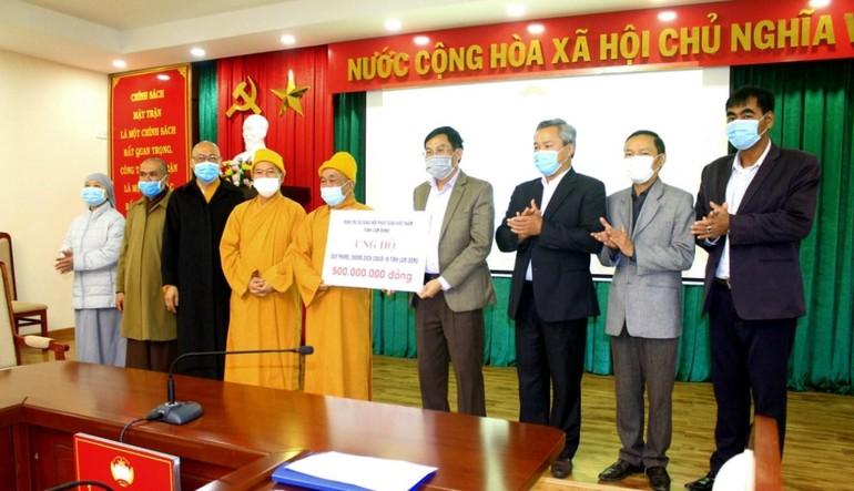 Ban Trị sự GHPGVN tỉnh Lâm Đồng trao số tiền 500 triệu đồng đến Ủy ban MTTQVN tỉnh