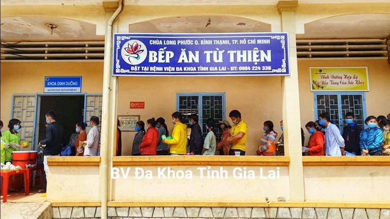 Bếp cơm từ thiện của chùa Long Phước tại BV.Đa khoa tỉnh Gia Lai - Ảnh: Lê Nam