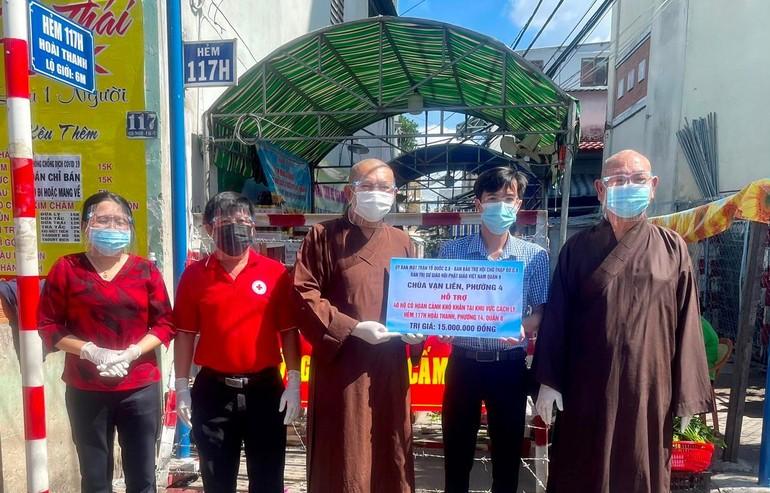 Ban Trị sự Phật giáo quận 8, chùa Vạn Liên chia sẻ đến những gia đình khó khăn đang phải cách ly