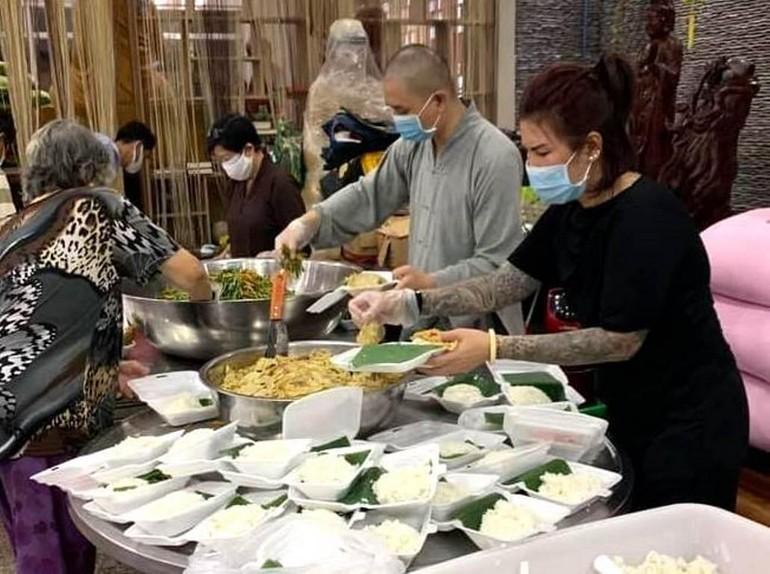Đại đức Thích Minh Phú cùng Phật tử tại chùa chuẩn bị suất cơm tặng đến người nghèo - Ảnh: T.N