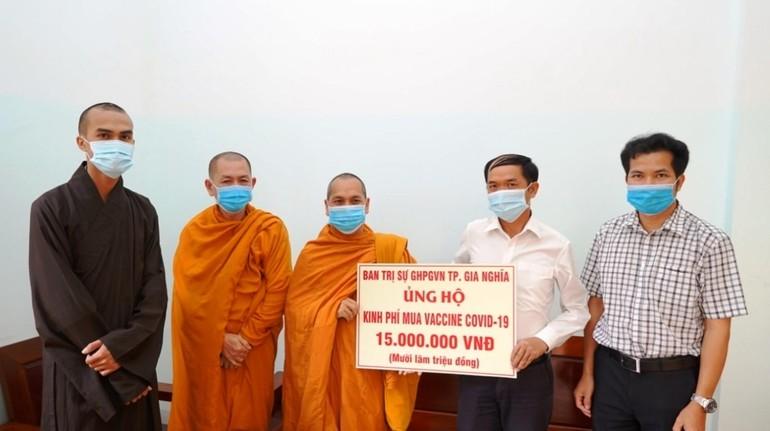 Đại đức Thích Giác Nhường trao ủng hộ đến ông Đoàn Huy Hoàng, Chủ tịch Ủy ban MTTQVN TP.Gia Nghĩa