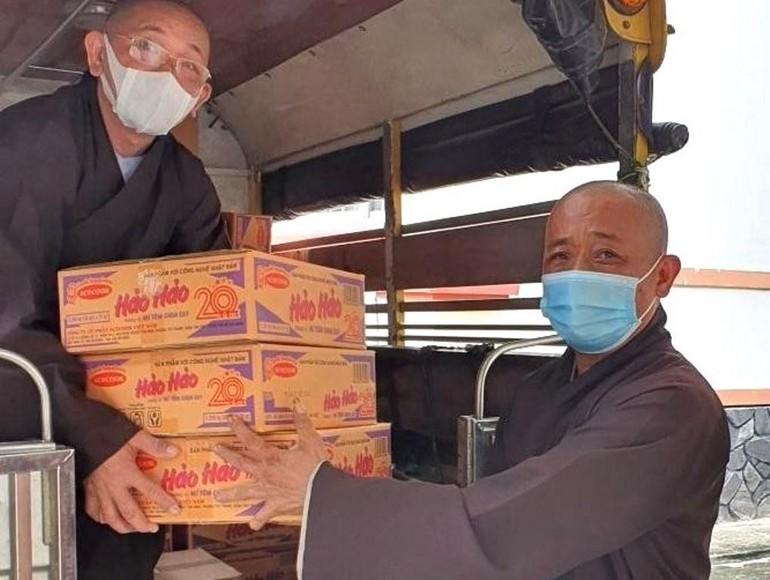 Thượng tọa Thích An Thường, Trưởng Ban Trị sự GHPGVN huyện Củ Chi (TP.HCM) vận chuyển nhu yếu phẩm gửi tặng đến bà con xã Tân Thạnh Đông - Ảnh: TT