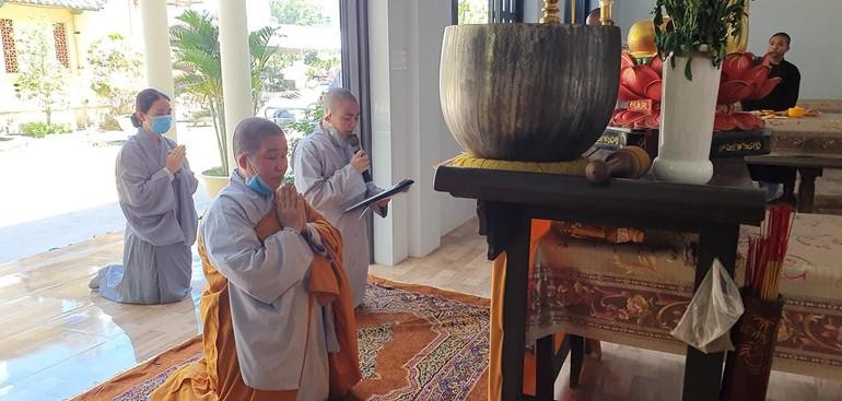 Sư cô Thích nữ Phong Thanh tác bạch cúng dường trường hạ - Ảnh: Ban TT-TT Phật giáo Bình Thuận