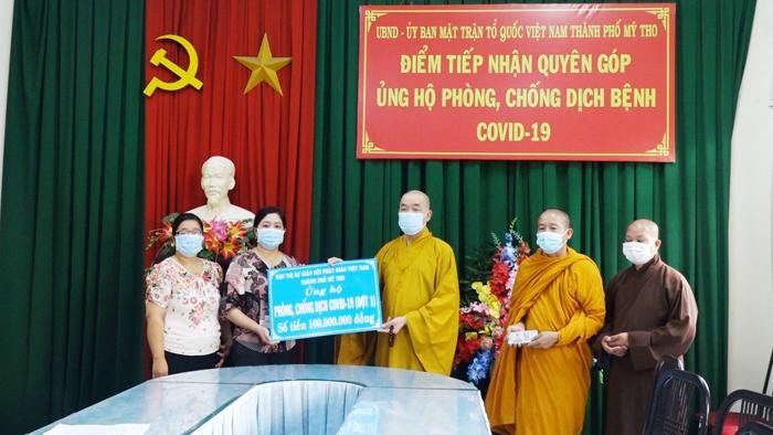 Thượng tọa Thích Quảng Lộc trao tiền ủng hộ đến bà Lê Thị Hồng Trang, Phó Chủ tịch UB MTTQVN TP.Mỹ Tho