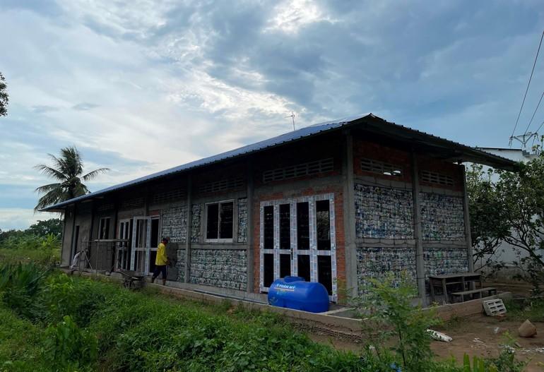 Ngôi trường cộng đồng được chùa Long Bửu xây từ hơn 5.000 vỏ chai nhựa - Ảnh: L.B