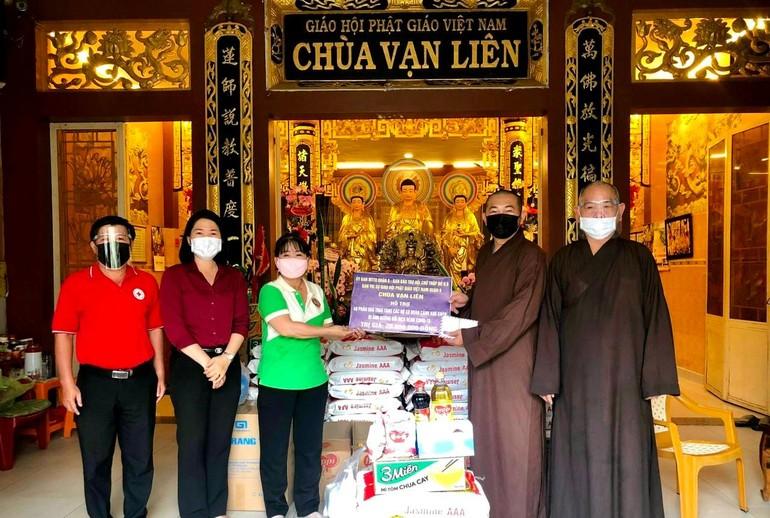 Thượng tọa Thích Lệ Quang trao quà đến những gia đình trong khu phong tỏa, cách ly phòng Covid-19