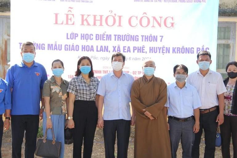 Đại diện các đơn vị tại lễ khởi công lớp học tình thương thôn 7, xã Ea Phê, huyện Krông Pắk