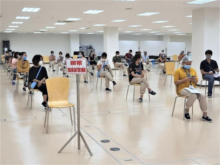 Người dân chờ theo dõi sau khi tiêm vắc-xin - Ảnh: HCDC