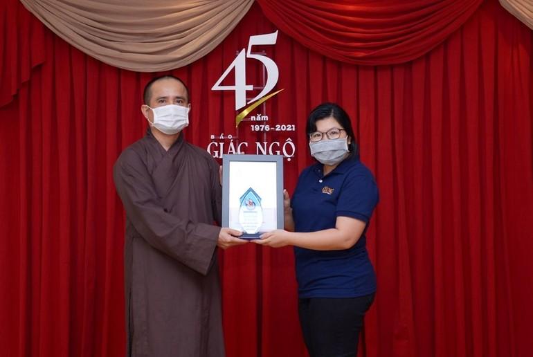 Thượng tọa Thích Tâm Hải, Phó Tổng biên tập báo Giác Ngộ trao giải báo chí lần thứ 39 đến Nhà báo Ngọc Trân - Ảnh: Bảo Toàn
