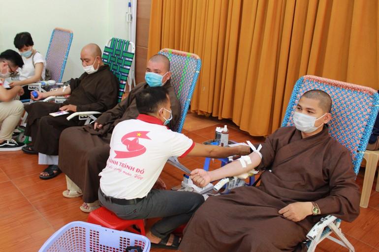 Chư Tăng, Phật tử TP.Quy Nhơn tham gia hiến máu tình nguyện
