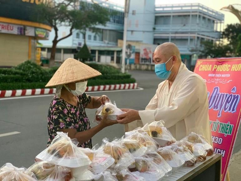 Đại đức Thích Chơn Trí tặng suất cơm chay đến bà con khó khăn tại TP.Sa Đéc