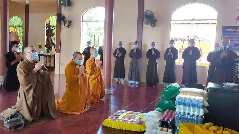 Đoàn chư tôn đức Tăng và Phật tử các chùa đến thăm, cúng dường trường hạ thuộc tỉnh Trà Vinh