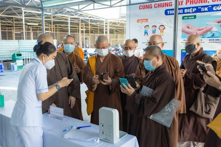 Chư tôn đức Ban Trị sự GHPGVN TP.HCM khai báo y tế trước khi tiêm vắc-xin phòng Covid-19 - Ảnh: M.Thuận