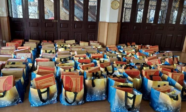 Quan Âm tu viện hỗ trợ hơn 100 phần quà đến những gia đình trong khu phong - Ảnh: QATV