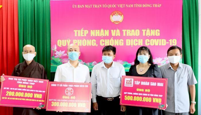 Hòa thượng Thích Chơn Minh trao bảng ủng hộ cho quỹ phòng, chống Covid-19
