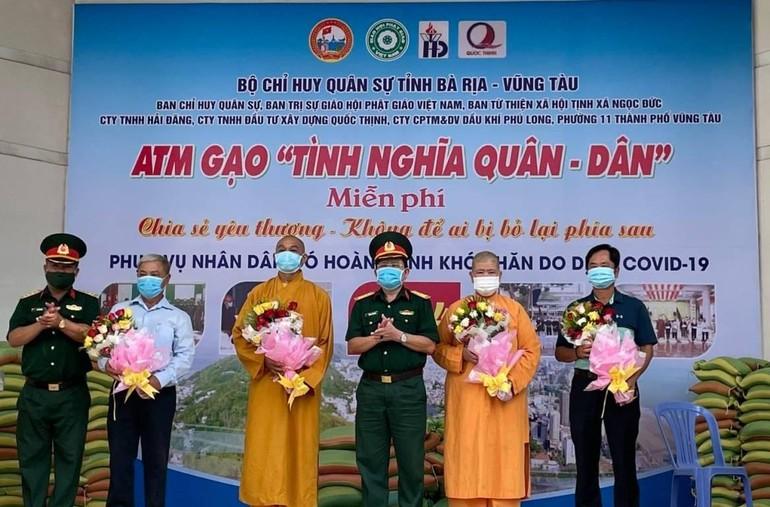 Ban Tổ chức trao hoa tri ân Ban Trị sự TP.Vũng Tàu, Ban Từ thiện xã hội Phật giáo tỉnh