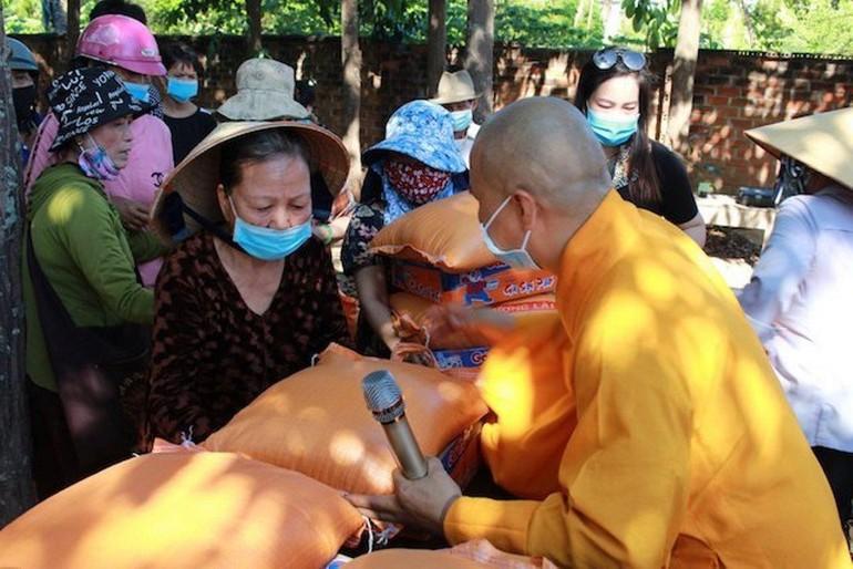 Chùa Phú Thọ tặng 1.250 phần quà đến người dân có hoàn cảnh khó khăn trong mùa giãn cách phòng Covid-19
