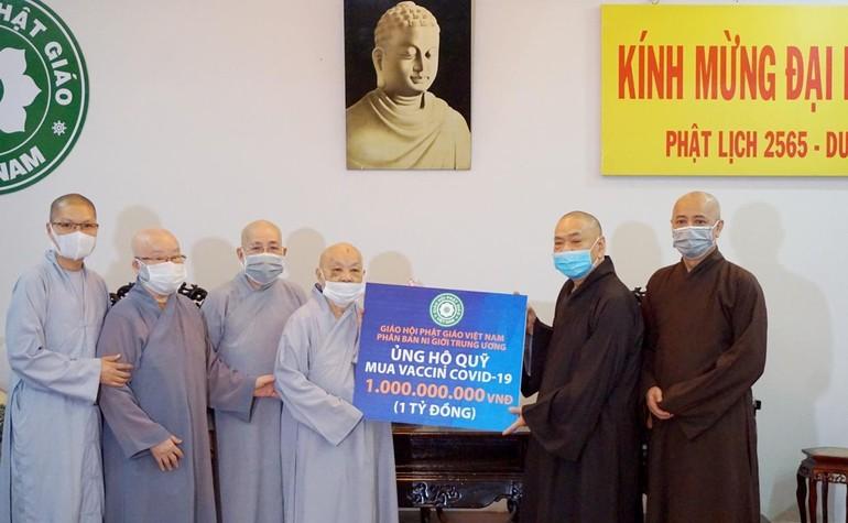 Chư Ni Phân ban Ni giới Trung ương trao ủng hộ, đóng góp quỹ vắc-xin phòng chống Covid-19