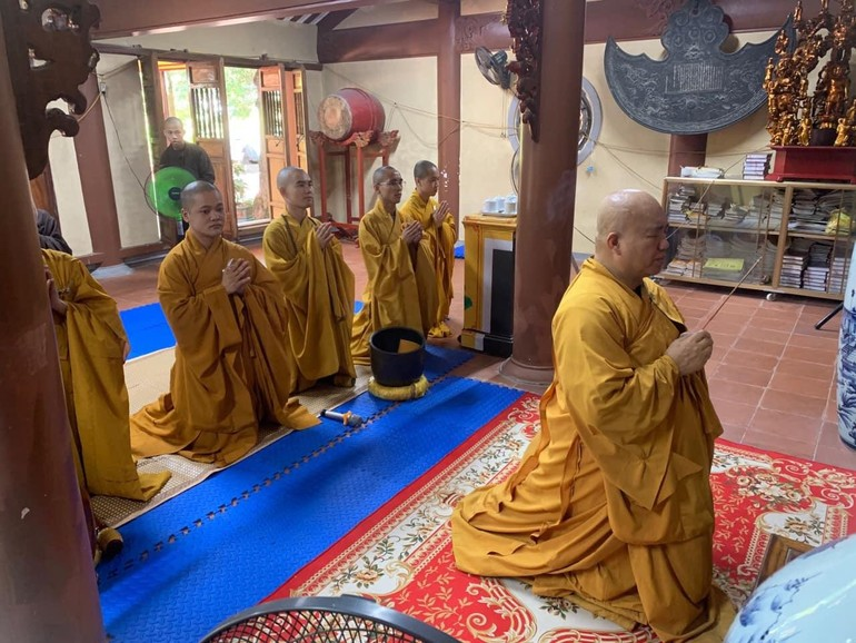 Chư tôn đức niêm hương, bạch Phật trong mùa an cư đặc biệt