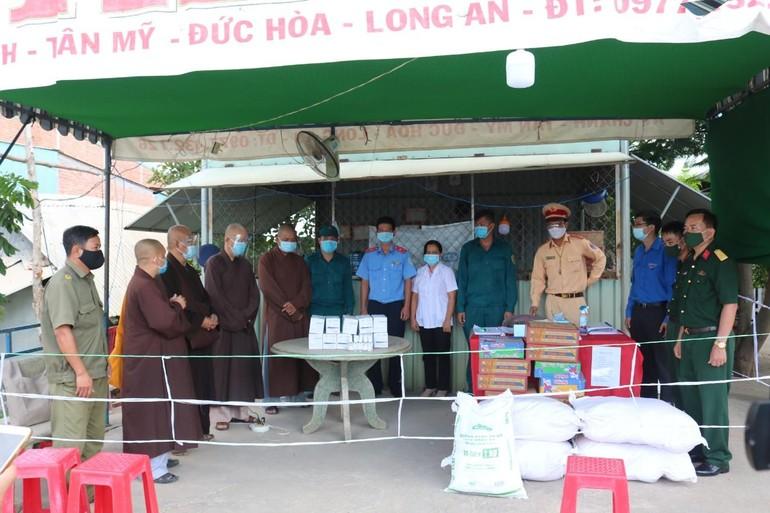Thăm, tặng quà tại 8 chốt kiểm dịch phòng Covid-19 trên địa bàn tỉnh Long An