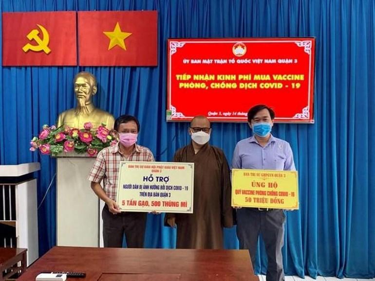 Phật giáo quận 3 trao đóng góp mua vắc-xin và nhu yếu phẩm đến Ủy ban MTTQVN quận 3 hỗ trợ các khu cách ly - Ảnh: TN
