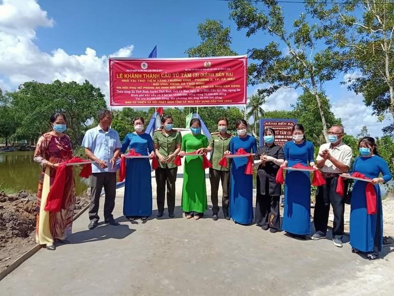 Ban Từ thiện xã hội Phật giáo tỉnh Cà Mau cắt băng khánh thành cầu Từ Tâm