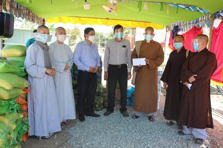 Ban Trị sự GHPGVN huyện Đức Hòa thăm, tặng quà 6 khu vực phong tỏa trên địa bàn huyện