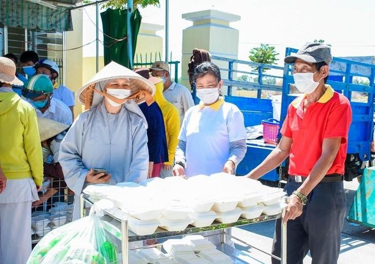 Chùa Phú Quang chia sẻ hơn 350 suất cơm, cháo, bánh mì đến hai bệnh viện tỉnh Quảng Nam