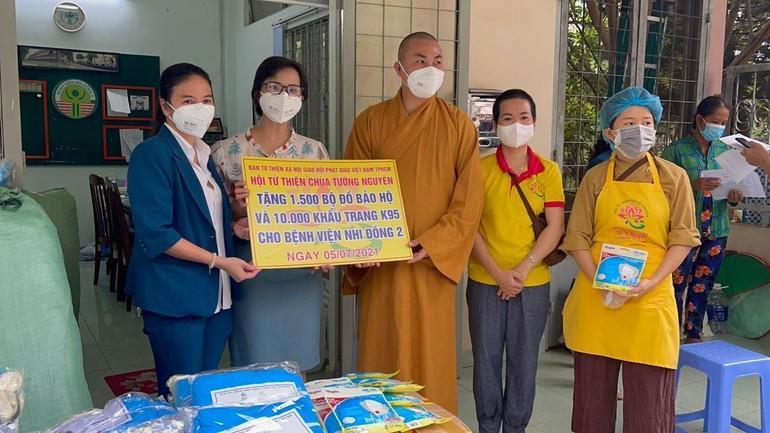 Hội Từ thiện Tường Nguyên đồ bảo hộ, khẩu trang đến Bệnh viện Nhi Đồng II - Ảnh: T.N