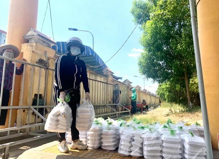 Chị Linh cùng mọi người đặt cơm trước cổng rồi bệnh viện sẽ cử lực lượng ra tiếp nhận