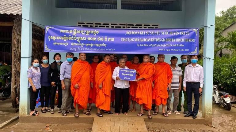 Hội Đoàn kết Sư sãi yêu nước huyện Trà Cú bàn giao 2 căn nhà đại đoàn kết tại địa phương