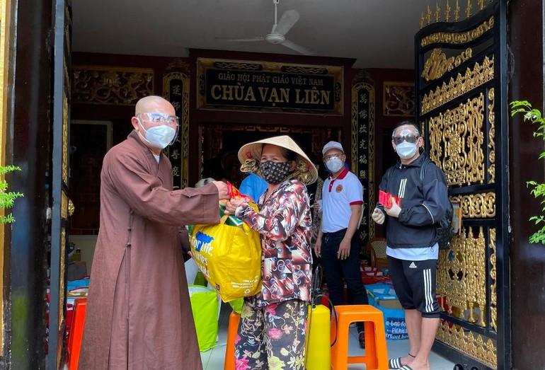 Thượng tọa Thích Lệ Quang trao quà đến bà con khó khăn tại phường 4