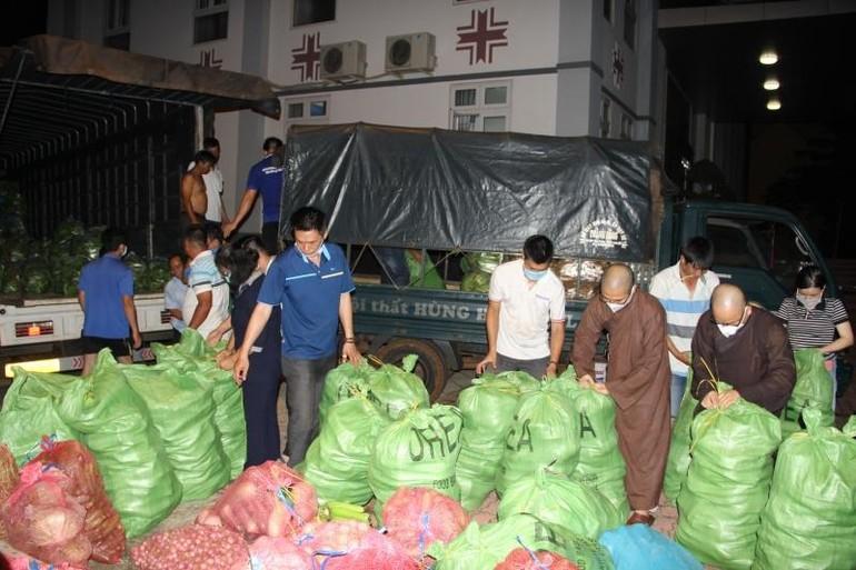 Chư tôn đức Tăng Ni, Phật tử tỉnh Đắk Lắk đóng rau củ quả chuyển đến người dân TP.HCM