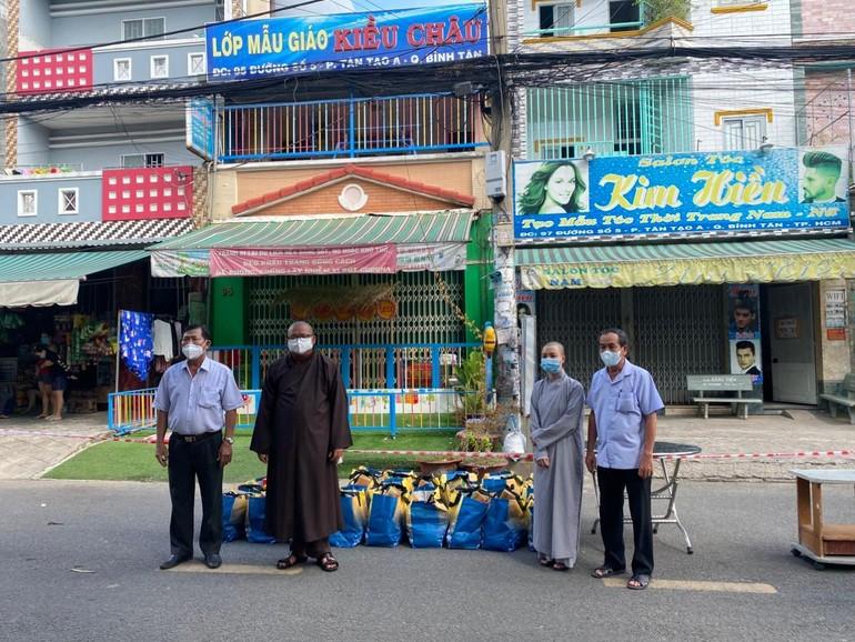Quan Âm tu viện phối hợp Ban Trị sự quận Bình Tân trao quà đến người dân khu cách ly, phong tỏa