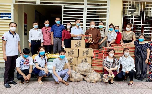 150 phần quà được trao đến các em sinh viên Lào tại trường Đại học Y khoa Vinh