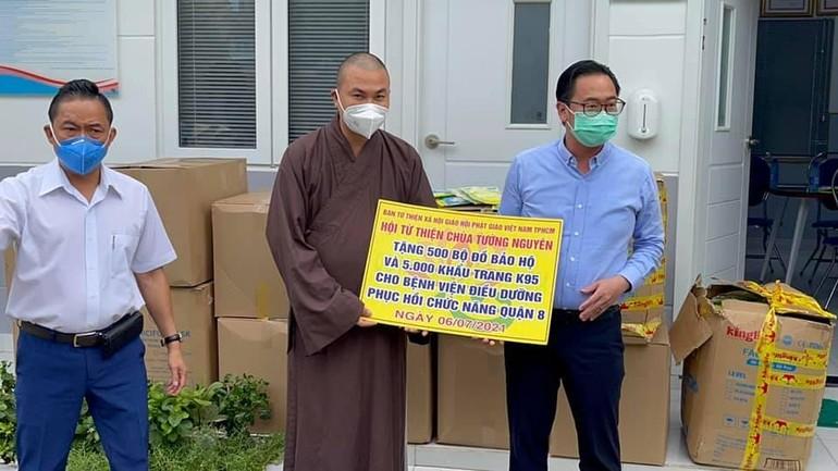 Đại đức Thích Minh Phú trao tặng đồ bảo hộ đến Bệnh viện Điều dưỡng quận 8, TP.HCM