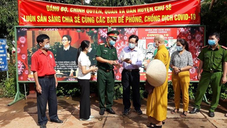 Đoàn từ thiện tặng quà đến những chiến sĩ, lực lượng phòng chống dịch tại 8 chốt phong tỏa