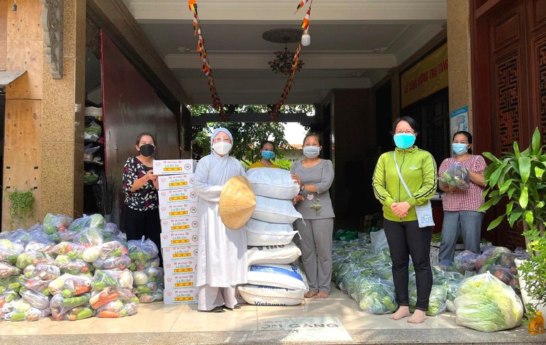 Ni trưởng Thích nữ Như Thảo chuẩn bị 350 phần quà chuyển đến tặng những hộ đang cách ly thuộc xã Phú Xuân