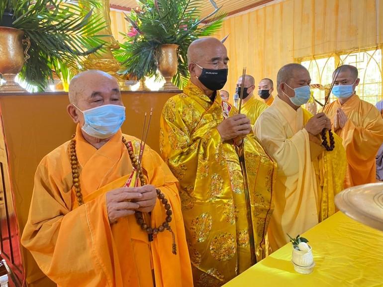 Chư tôn đức giáo phẩm niêm hưởng tại lễ nhập kim quan Ni trưởng Thích nữ Huệ Châu