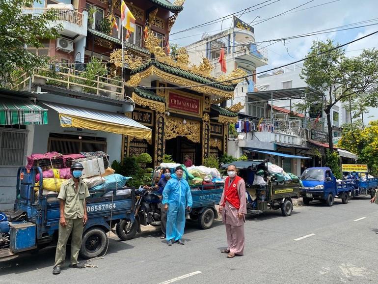 Thượng tọa Thích Lệ Quang điều phối các chuyến xe chở rau củ quả đến các khu cách ly