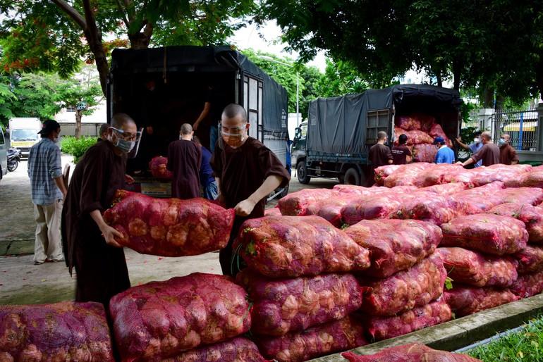 Tu viện Khánh An chuyển 12 tấn rau củ quả đến Ủy ban MTTQVN quận 12 để trao tặng bà con đang bị cách ly