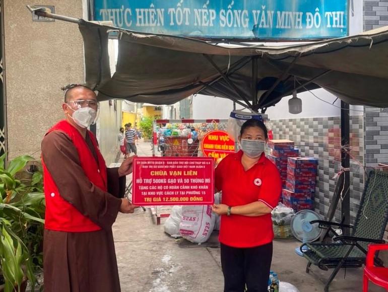 Thượng tọa Thích Lệ Quang trao quà đến đại diện Hội Chữ thập đỏ để tặng những gia đình khó khăn