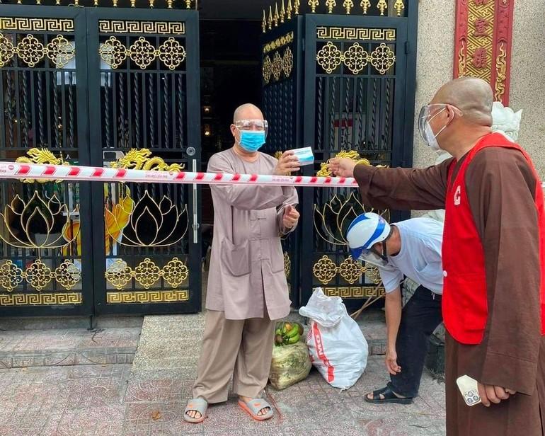 Thượng tọa Thích Lệ Quang cúng dường vật phẩm đến 15 tự viện trên địa bàn bị phong tỏa